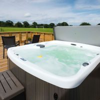 Luxury-Outdoor-Hot-Tub